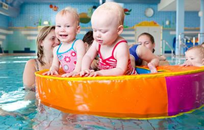 Ouder en kind zwemmen